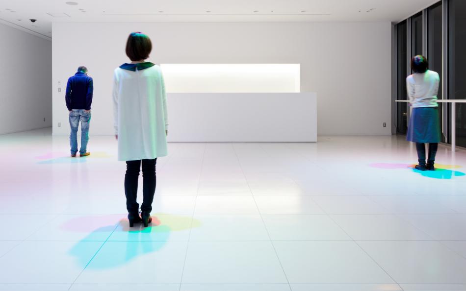 人の動きで色彩の生まれる空間